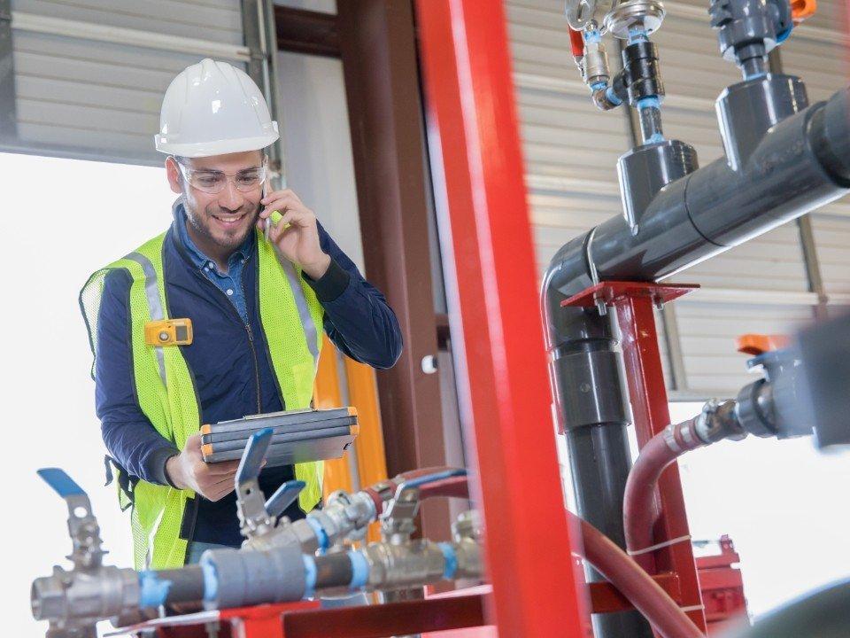 robotnik rozmawiający przez telefon
